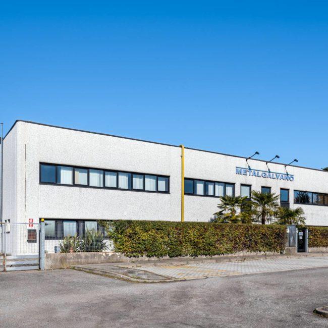 Fronte lato strada capannonne industriale in Via Friuli a Saronno